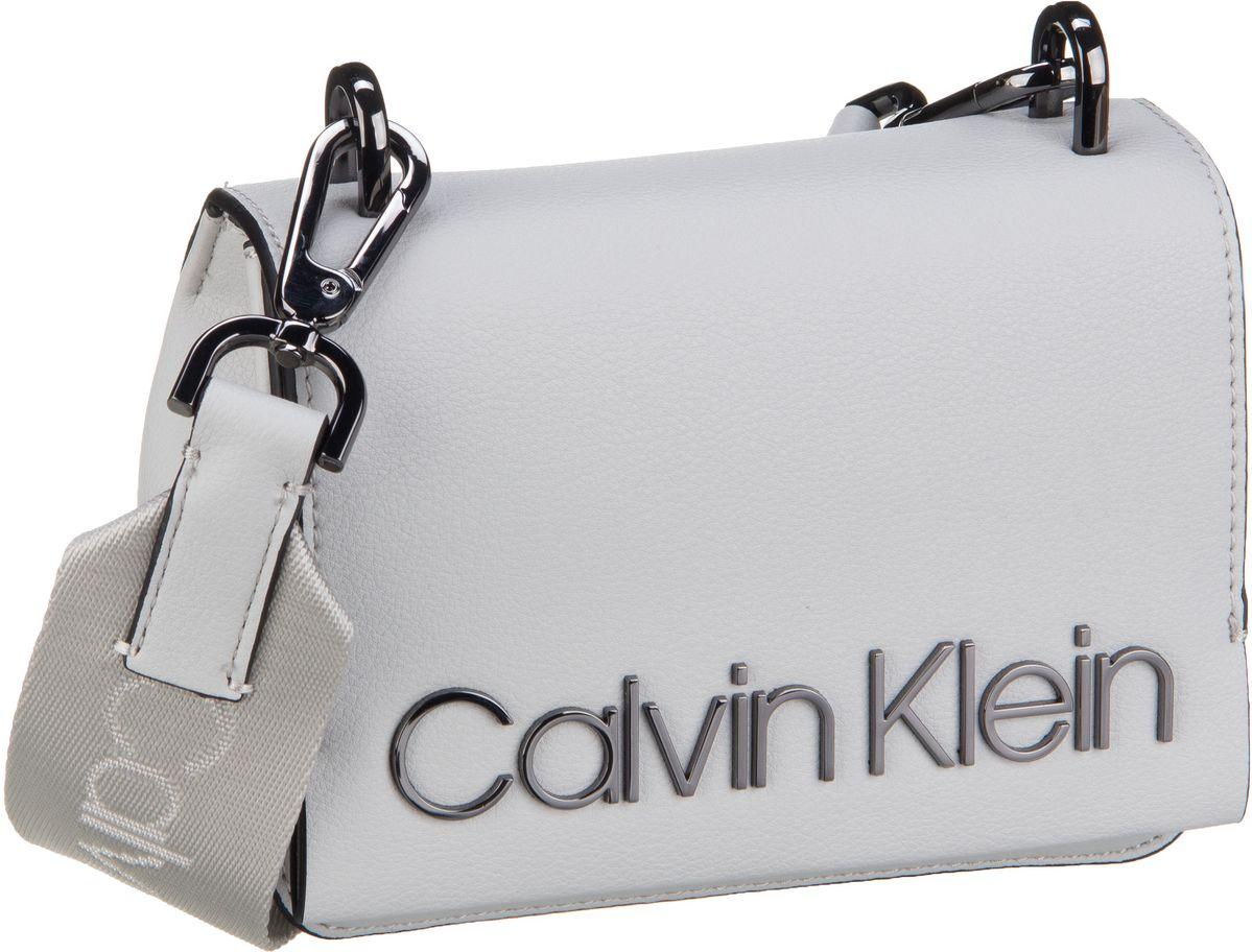 Schultertaschen für Frauen - Calvin Klein Umhängetasche CK Candy Small Crossbody Light Grey  - Onlineshop Taschenkaufhaus