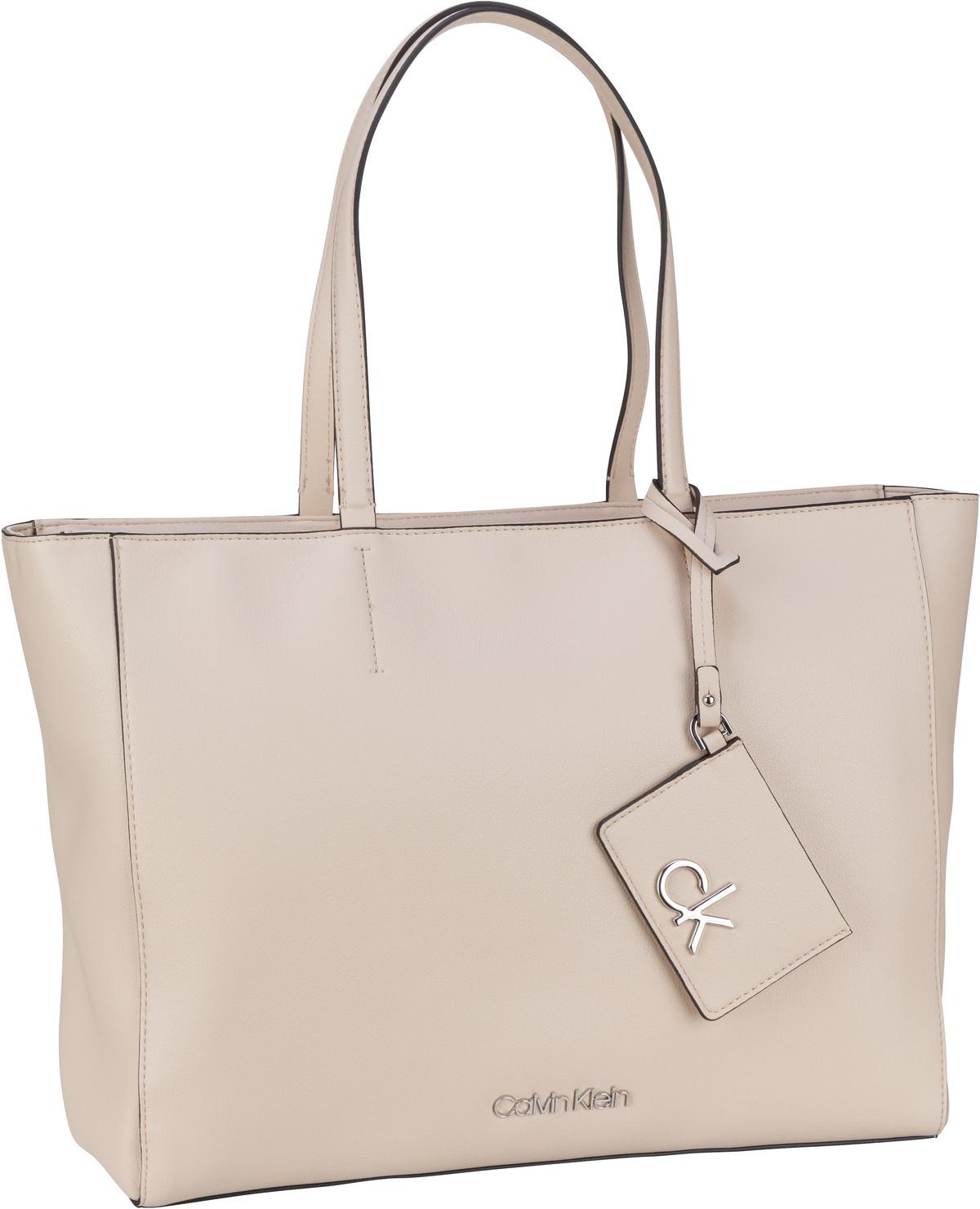 calvin klein -  Handtasche CK Must Shopper MD PF20 Bleached Sand